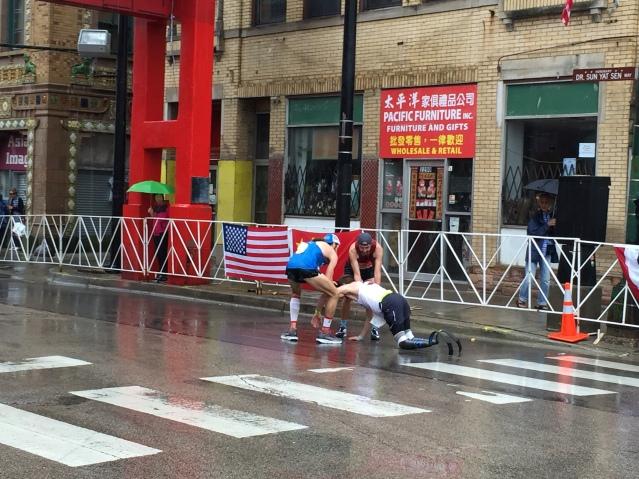 3殘疾選手不慎摔倒 其他選手前來攙扶