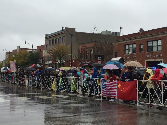8沿途觀眾冒著雨為選手吶喊助威