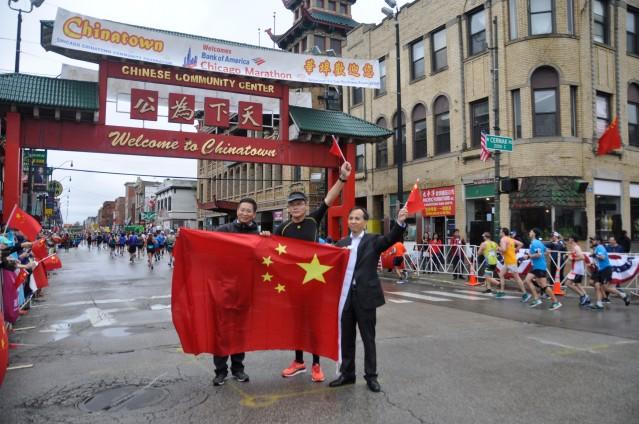 9中國選手(中)與劉軍代總領事和余鵬副總領事合影
