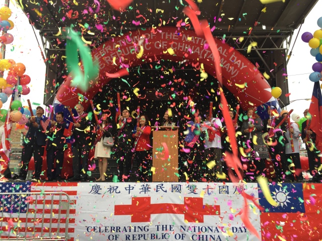 照片二十五:全體嘉賓共同拉響禮炮 祝願中華民國生日快樂