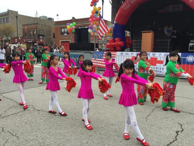 照片八:來自各中文學校的小朋友們向大家送上精彩的舞蹈