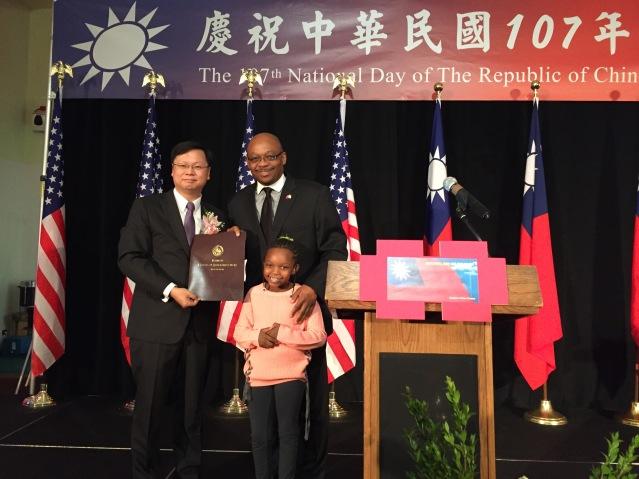 照片十:聯邦眾議員代表攜女兒共同向中華民國送上溫暖的生日祝福