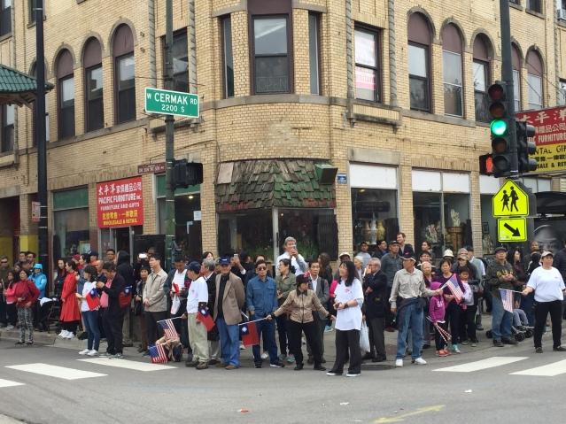 照片十:雙十遊行吸引眾多民眾駐足觀看