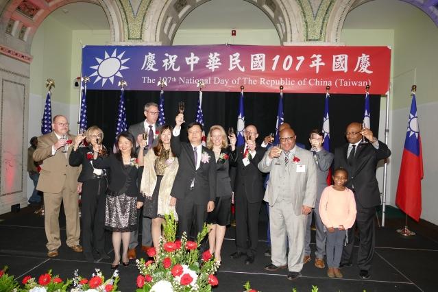 P1780865黃鈞耀處長與各界來賓共同祝酒 祝願中華民國國運昌隆 國泰民安