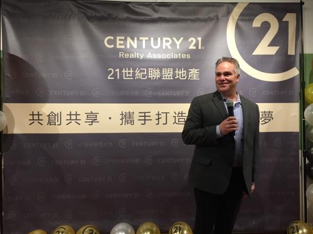照片一:21世紀房地產公司區域管理部副總裁Mike Degennero致辭