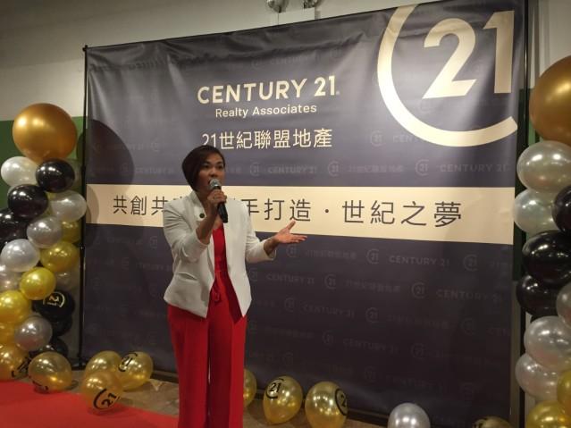 照片三:21世紀聯盟地產行政總裁Sharon Wong(黃先維)致辭