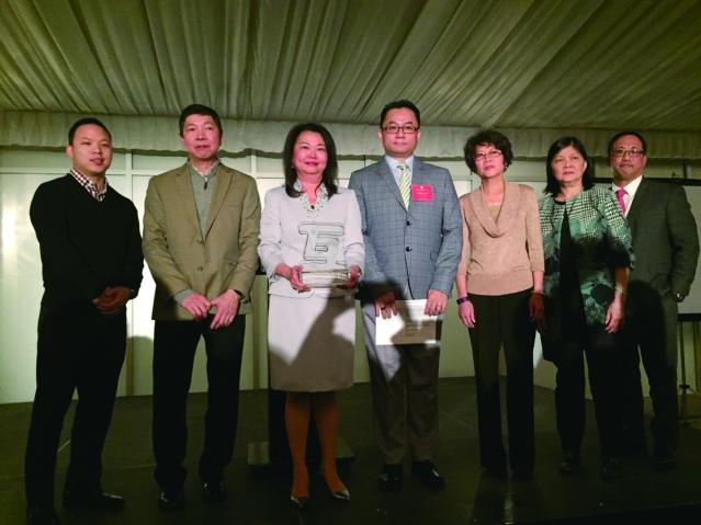"""照片三:華人互助會榮譽會長黃于紋(中)接受""""傳承獎"""""""