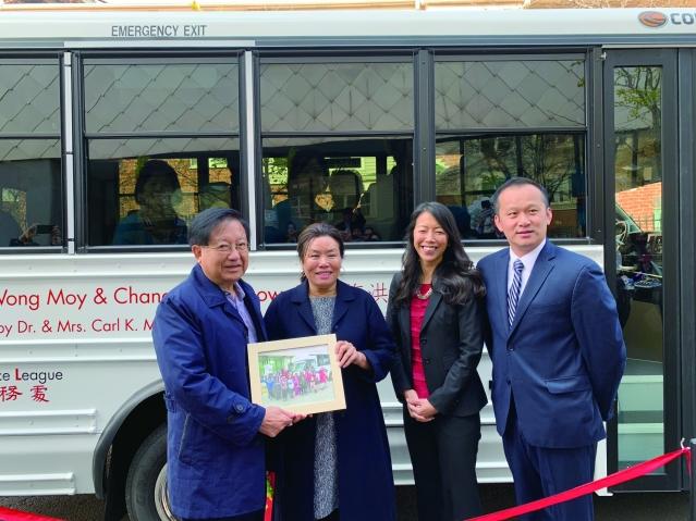照片九:捐贈人梅國璋醫生伉儷(左1、2)獲贈華咨處兒童合影紀念
