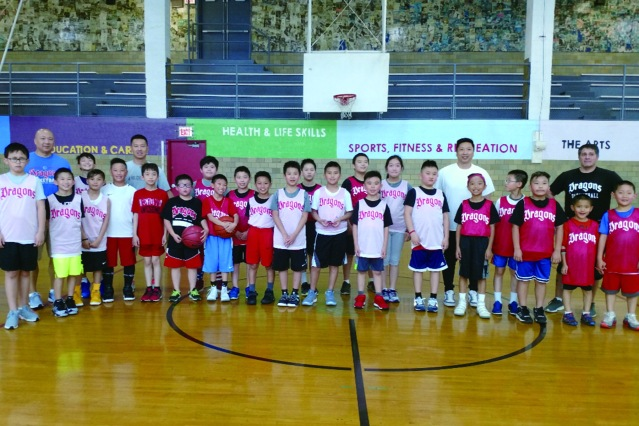 照片五:青少年積極參與芝城華龍體育社的籃球訓練活動