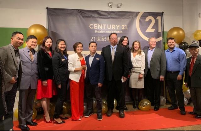 照片八:嘉賓合影:21世紀聯盟地產行政總裁Sharon Wong(左5)、首席運營總監Ivan Man(左7)、Mike Degennero(右3)、David Wong(左2)