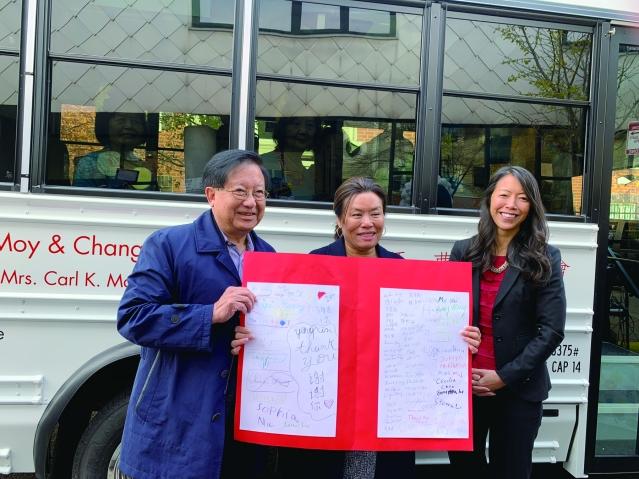照片八:捐贈人梅國璋醫生伉儷獲贈華咨處多位小孩的親筆感謝簽名