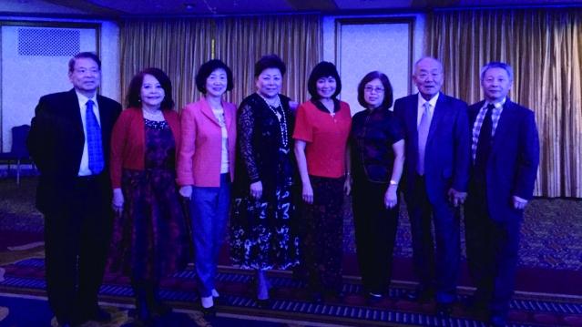 照片八:梅施美英會長(中)與新年晚會UNITY多位成員合影