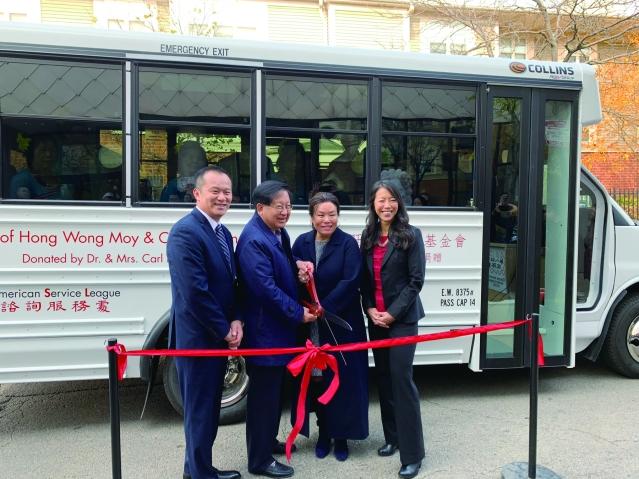 照片十:梅國璋醫生伉儷(中)與華咨處總裁劉國華(左)、副董事長Bonnie Fong(右)共同為全新巴士剪綵