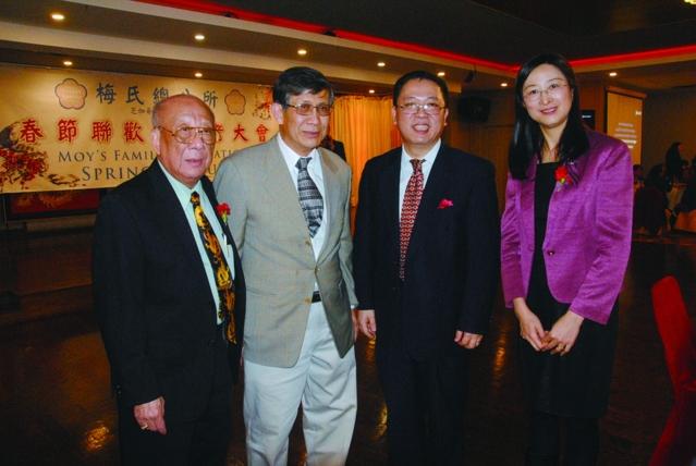 梅國炘(左)與黃黎明副總領事(右二)柳青領事(右)合影