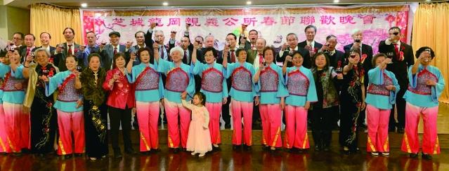 照片七:龍岡親義公所全體職員共同祝酒