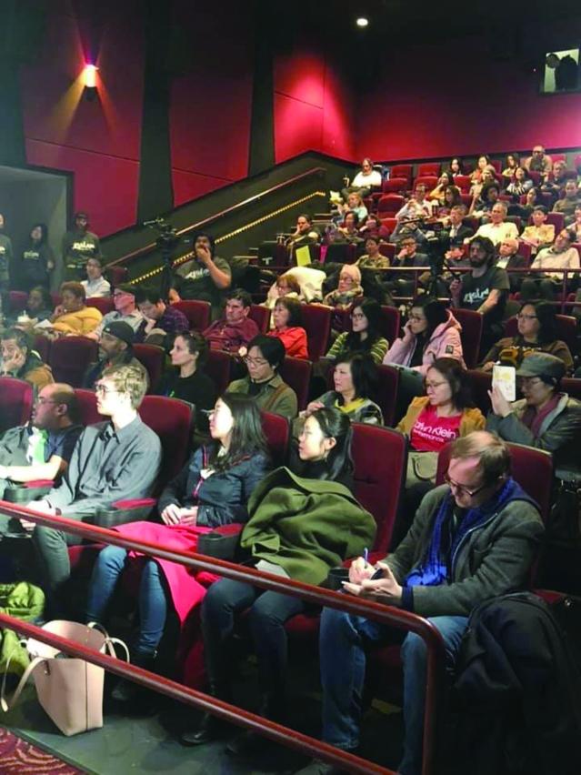 照片五:眾多觀眾前來觀賞影片