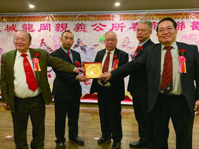 照片六:龍岡親義公所四位主席為元老劉永忠(中)頒發貢獻獎