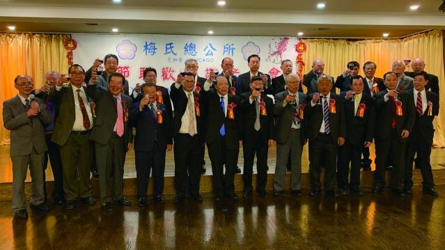 照片十:梅麗玲女士(中)榮獲《授予二戰華裔老兵國會金質獎章提案》卓越貢獻獎