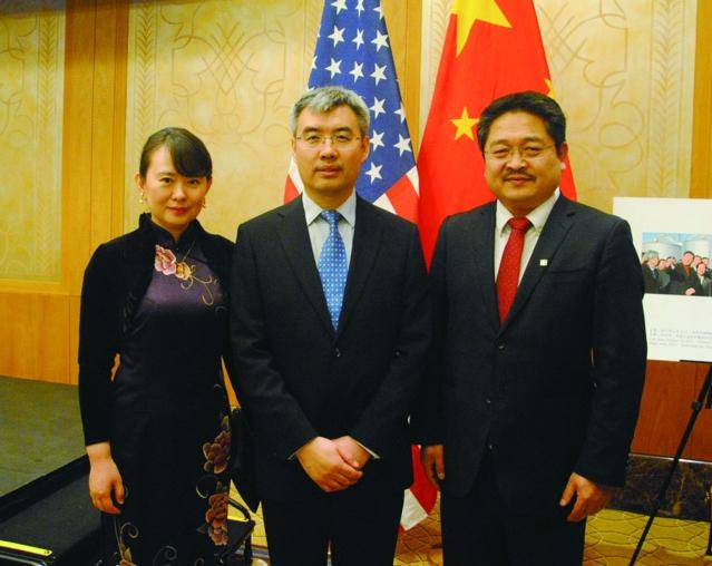 照片十三:趙建總領事夫婦與中車四方美國公司負責人劉成永(右)合影