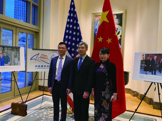 照片十二:趙建總領事夫婦與中國銀行芝加哥分行行長許可飛(左)合影