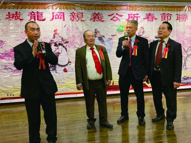照片十二:龍岡親義公所四位主席合唱《友誼之光》