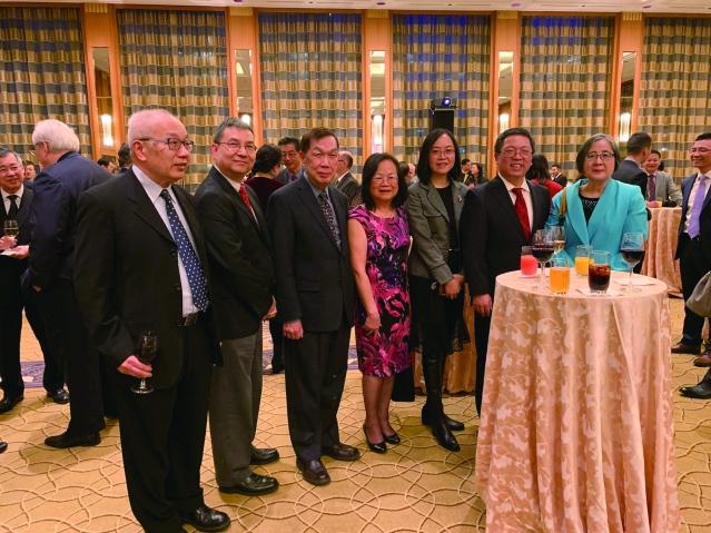 照片十五:出席招待會僑社代表與黃黎明副總領事(右2)合影