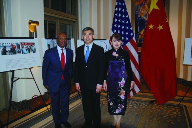 照片十四:趙建總領事夫婦與伊州州務卿傑西懷特(左)合影