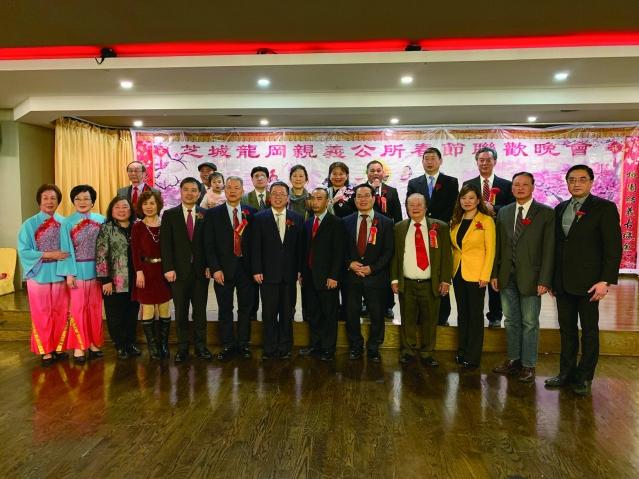 照片十四:龍岡親義公所職員與黃黎明副總領事(中)、鄭征主席(前排右3)合影