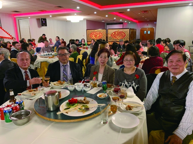照片十:僑社代表出席宴會:李氏公所主席李著華(左2)、美東總長李本安(左1)、開平同鄉會會長司徒劍(右1)