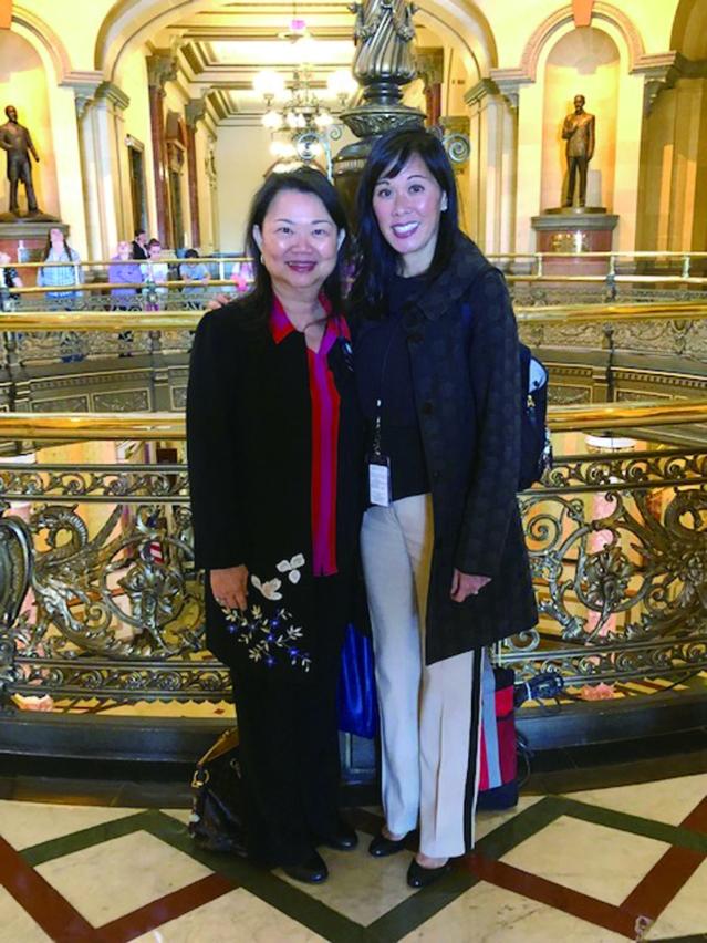 中華會館主席黃于紋(左)與伊州人力服務部部長侯炳文(右)合影