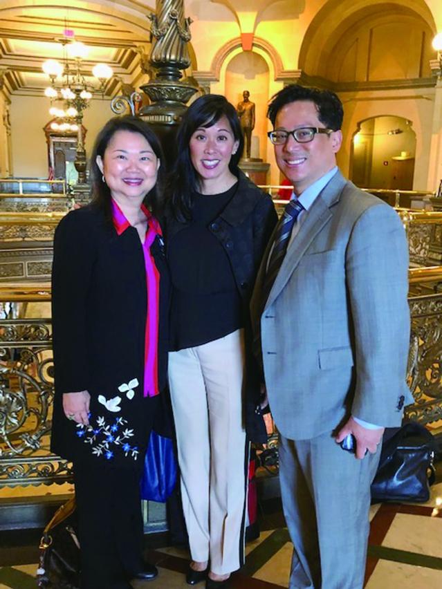 左起為中華會館主席黃于紋,伊州人力服務部部長侯炳文,華人互助會前主任合影