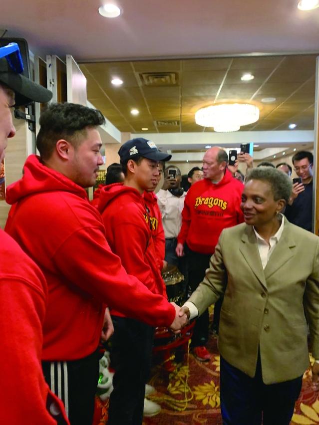 照片一:候任芝加哥市長羅麗萊德福特與華裔民眾握手致意