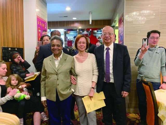 照片五:新市長羅麗萊德福特(左)與劉黃婉嫻女士(中)、馬森柱先生(右)合影