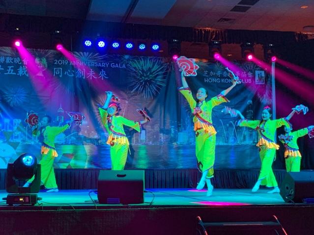 11:黃河藝術團帶來舞蹈表演《飛帕迎春》