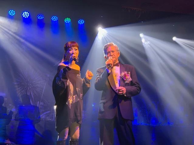 21:蘇珊小姐與名譽會長朱慶龍合唱《只有情永在》,贏得全場熱烈掌聲