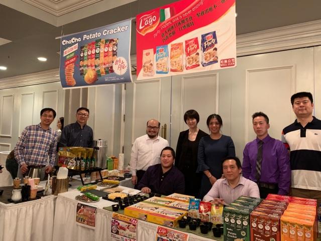 23:洽洽食品公司職員合影:市場部經理陳怡宏(左3)
