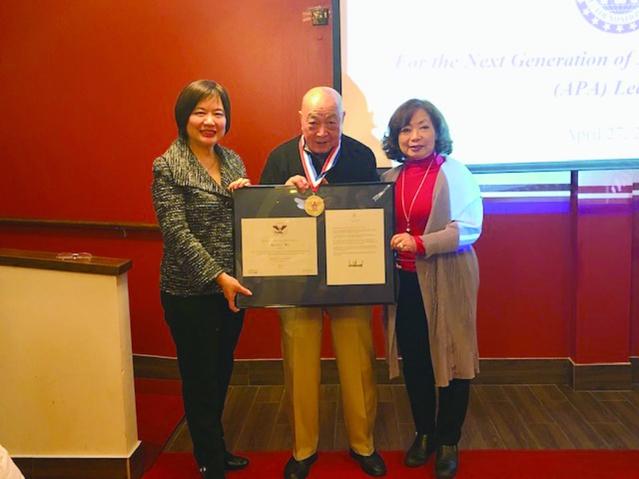 國際領袖基金會執行長董繼玲頒發總統獎給芝加哥分會創始會長吳來蘇(中)伉儷