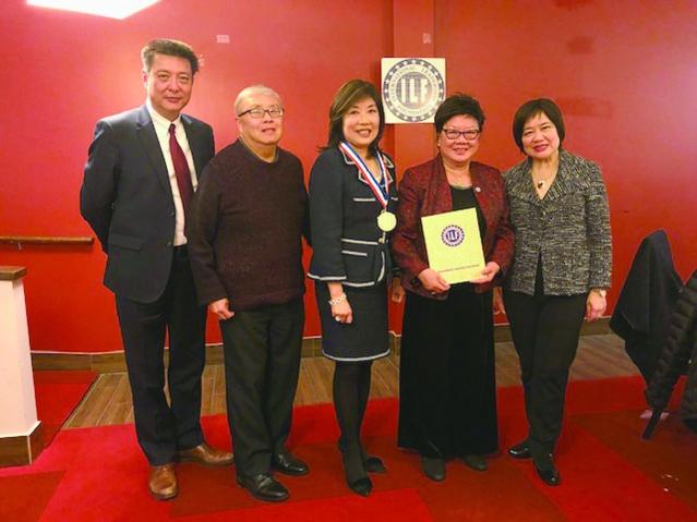 國際領袖基金會執行長董繼玲頒發顧問證書給新加入的顧問黃伍佩玲(右二)伉儷