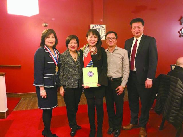 國際領袖基金會執行長董繼玲頒發顧問證書給新加入的顧問Li li Z Chou (中)