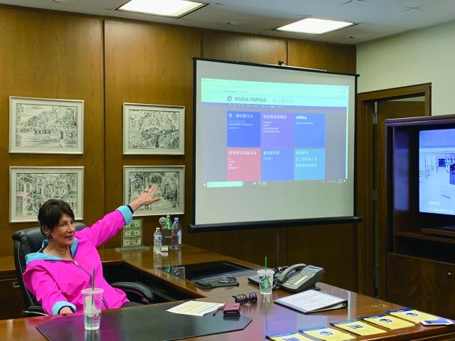 照片一:庫克郡財長帕帕斯展示最新的房產稅系統及翻譯成多種不同語言的財長網站