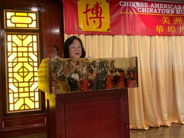 照片一:華裔博物館基金會會長梅素蘭致辭