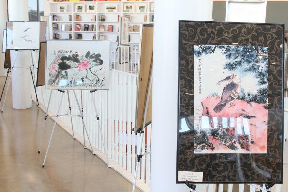 照片七:中國書畫展覽在華埠公立圖書館二樓展示,將持續到五月底結束