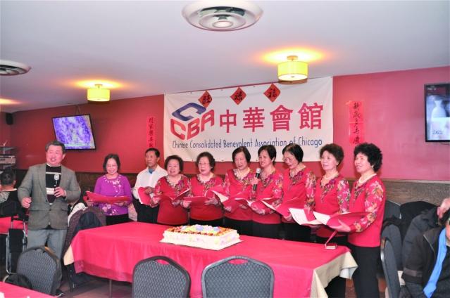 照片三:中華會館合唱班成員及全體高唱《世上只有媽媽好》和《媽媽的吻》