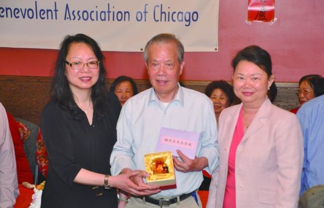 照片二:中華會館為梅烈生贈與玻璃生肖豬和蛋糕感謝他的辛勤付出