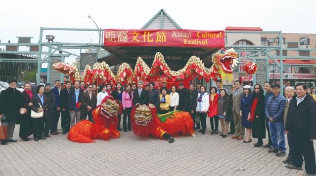 照片五:出席亞裔文化節的嘉賓合影:趙建總領事(中)
