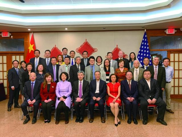 照片五:出席座談會的嘉賓与萬立駿主席及代表團成員、趙建總領事合影