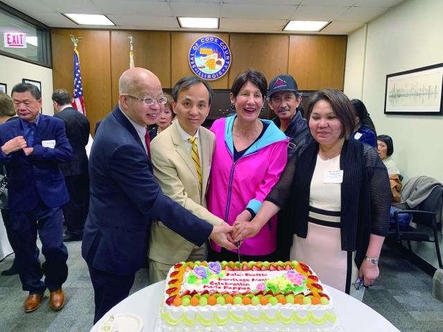 照片五:庫克郡財長帕帕斯(中)及眾多亞裔代表共同切蛋糕慶祝亞裔月