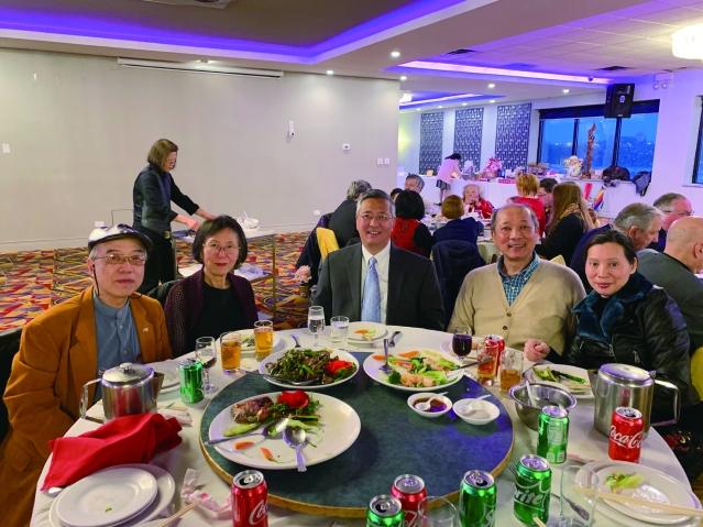 照片六:僑社代表出席宴會:華商會董事長徐佐寰(中)、廖錦良伉儷(左1, 2)