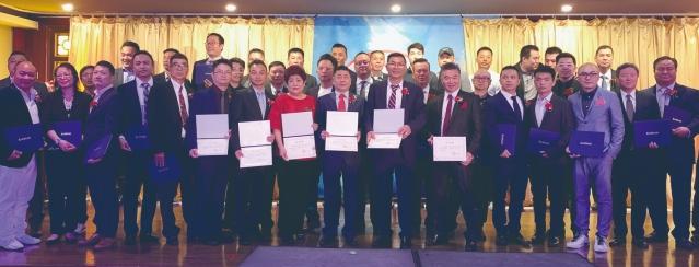照片十一:福建商會第三屆職員獲得任命書正式宣誓就職