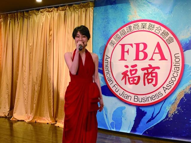 照片十八:知名華裔歌手小野丫丫傾情演唱